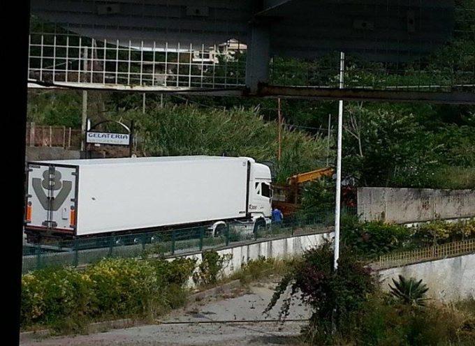 Paola, scontro tra camion sulla SS18 [FOTO]