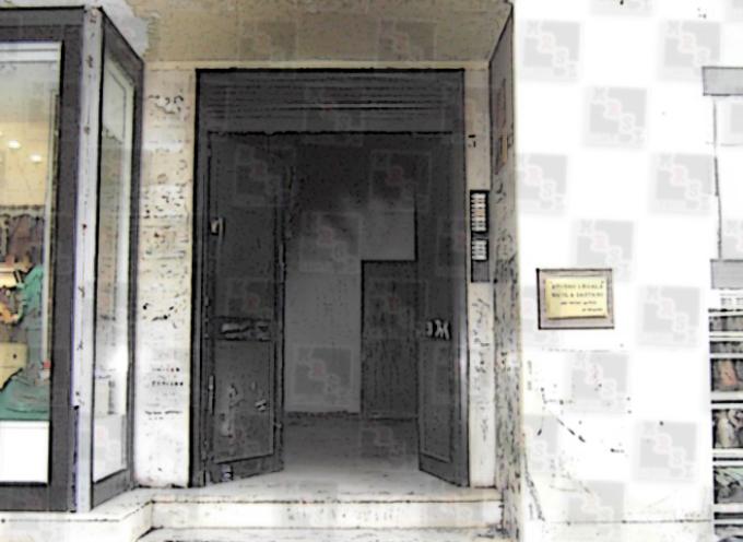 Paola – Incendiato l'androne di un palazzo su Corso Roma [FOTO]