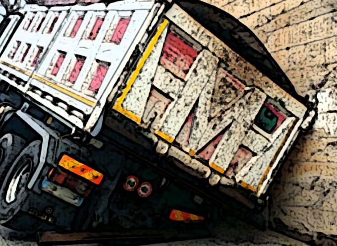 Paola – Strade colabrodo, camion inghiottito da voragine [FOTO SHOCK]