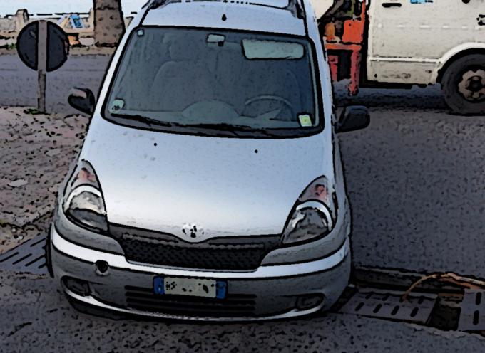 Paola – Strade colabrodo, macchina s'incastra sul Lungomare [FOTO DELL'ACCADUTO]