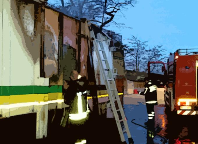 Misterioso rogo per camion adibito a raccolta differenziata – FOTO