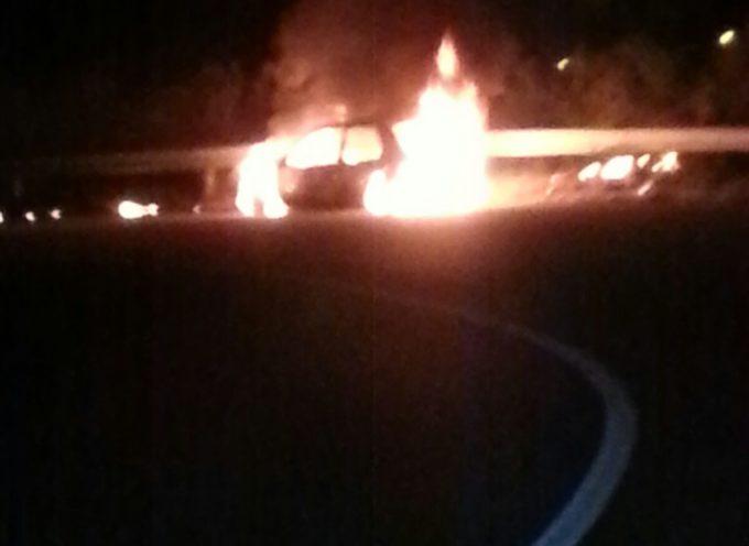 Falconara. Auto in fiamme,intervengono i pompieri