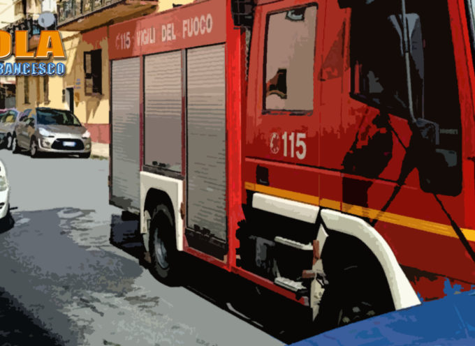 Paola – Automobile prende fuoco vicino al tribunale – FOTO