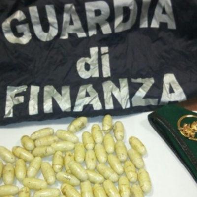 Sul Bus traportando Eroina. GdF arresta pakistano con 55 ovuli nello zaino