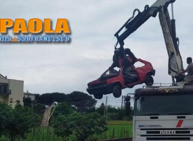 Paola – FOTO – Rimosse più carcasse d'auto da un complesso residenziale