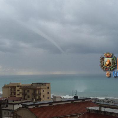Paola – FOTO – Tromba d'aria s'abbatte sulla spiaggia del litorale sud