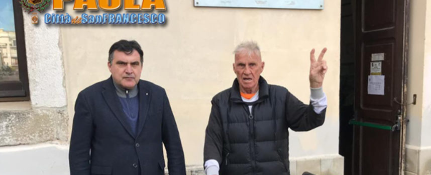 """Paola – Il ciclista """"giramondo"""" Janus River ha fatto visita al Comune"""