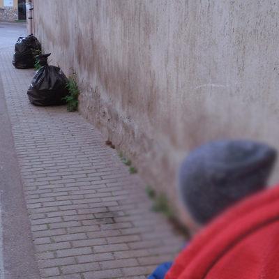 Paola – Via Nazionale: Sacchi sul marciapiede. Lo slalom di un passeggino