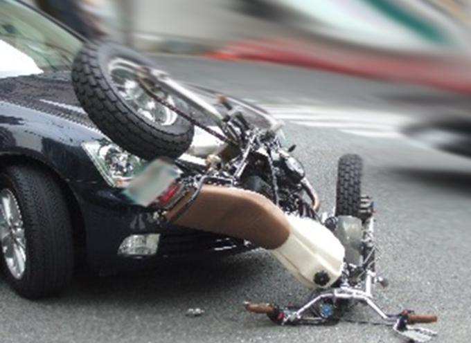 Incidente stradale, macchina contro moto, muore il centauro