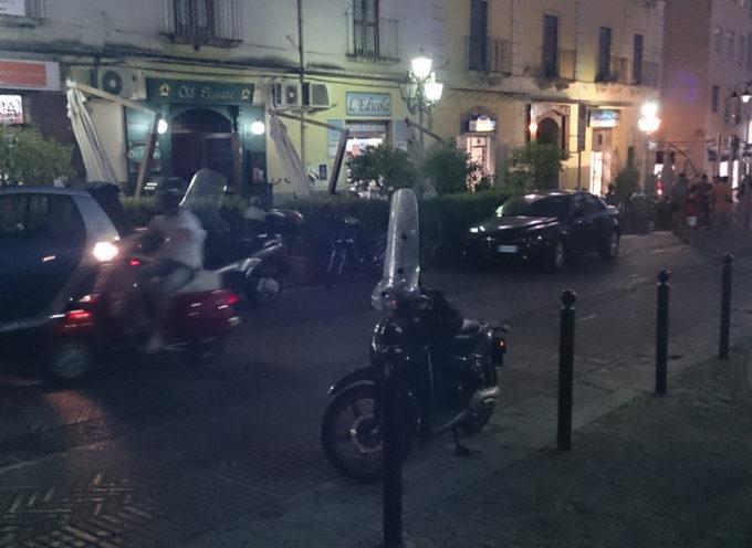 Paola Piazza 4 Novembre e la sosta volubilmente vietata [FOTO DEI LETTORI]