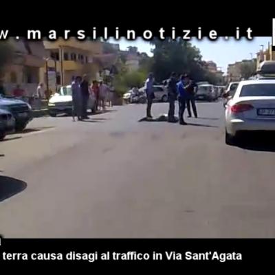Paola, caos nel traffico a Sant'Agata per un uomo steso a terra [VIDEO]