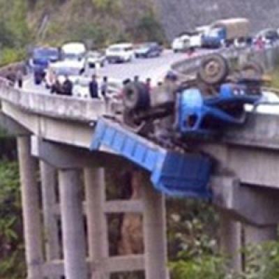 Tragedia sulla Sa RC. Camion cade nel vuoto, morto l'autista