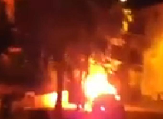 Auto in Fiamme in centro, impatto contro locale dove c'era festa di bambini