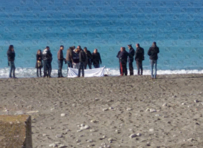 [AGGIORNAMENTO] Paola, il cadavere sulla spiaggia ha un nome (e forse un motivo) [ALTRE FOTO]
