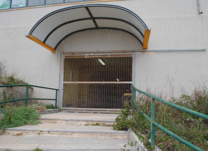 Fuscaldo – Vandali distruggono i vetri della stazione