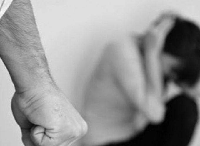 Picchia la moglie e il figliastro, arrestato dai carabinieri