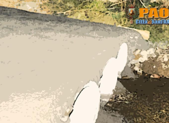 Paola – Spunta una passerella cementizia su un torrente