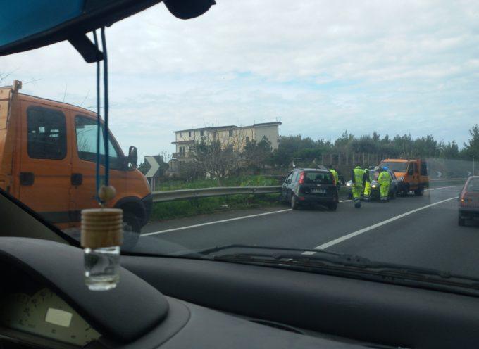 Incidente sulla SS 18 – Auto finisce contro le barriere in metallo