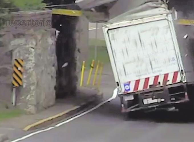 Paola – Sulla SS18 un camion impatta col cavalcavia: paura per chi seguiva