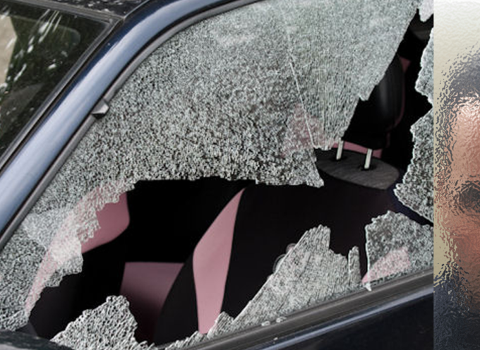 Rompe il finestrino di un'auto e ruba una borsetta: arrestato dalla Polizia