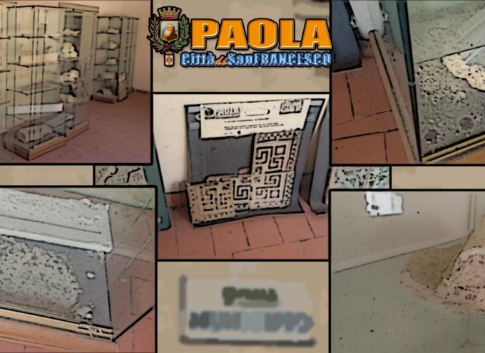 Paola – Incuria al Sant'Agostino: le teche coi reperti esposte agli elementi