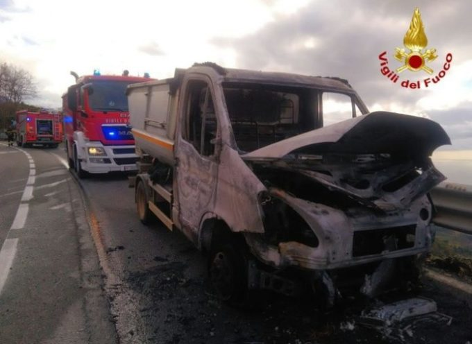 Paola – Prende fuoco un veicolo per la raccolta dei rifiuti, illesi gli occupanti