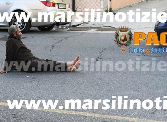 Paola – FOTO: Ubriaco seduto per terra in mezzo alla strada a Sant'Agata