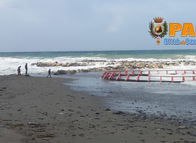 """Paola – VIDEO: """"Strano"""" ritrovamento a riva, forse struttura d'allevamento"""