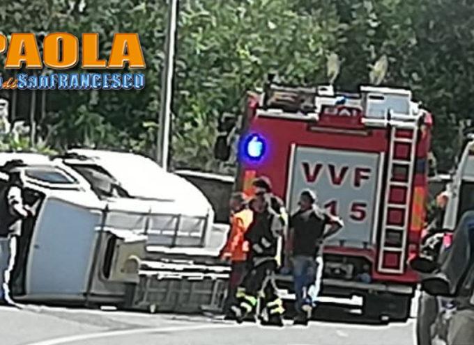 Paola – FOTO – Incidente su strada per CS: furgone ribaltato, autista ferito