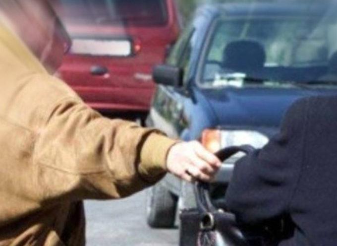 Aggredisce e ferisce una donna per scippare borsa. Polizia arresta recidivo