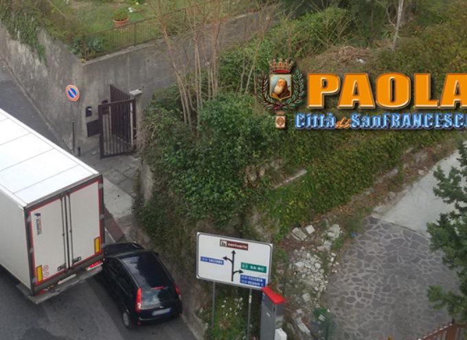 Paola – Videoclip – Caos parcheggi Via Nazionale, Tir travolge auto in sosta