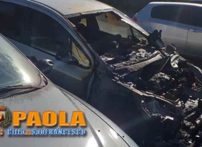 Paola – FOTO – Rogo notturno alla Rocchetta, auto distrutta dal fuoco