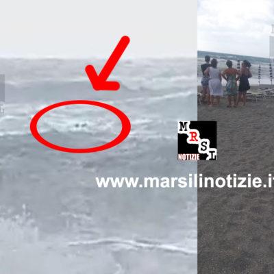 Video – Panico in spiaggia, mare grosso, Guardia Costiera salva bagnanti