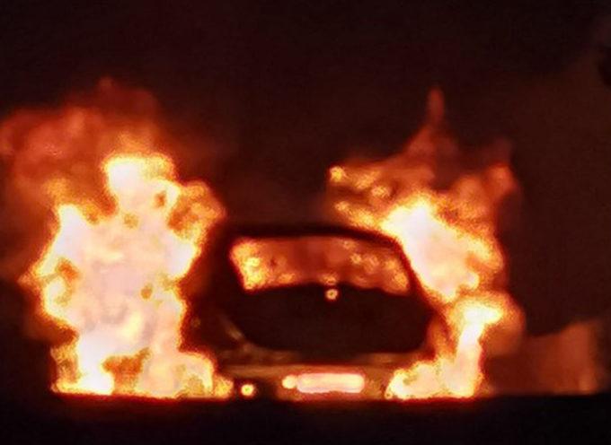 Rogo notturno in una zona densamente popolata, autovettura in fiamme