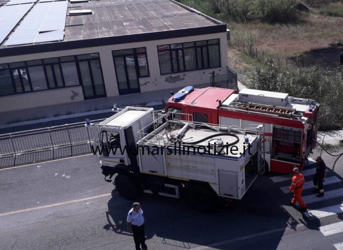 Vasto incendio vicino scuola primaria di S. Agata: arrivano i Vigili del Fuoco