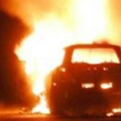 Brucia un'auto avanti concessionaria. Indagini su filmati videosorveglianza