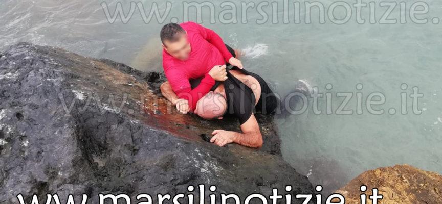 FOTO e VIDEO – Caporale dell'Esercito salva pescatore caduto in mare