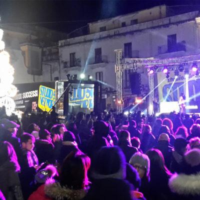 """Paola – La Piazza """"culla"""" il nuovo anno tra i brindisi di una bella moltitudine"""